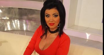Aparitie de infarct a Adrianei Bahmuteanu intr-o rochita rosie foarte scurta! Bruneta isi arata tot, de la picioare pana la decolteul mai mult decat generos!