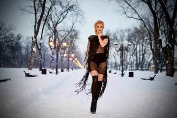 """Imagini de infarct cu Alina de la """"Bravo, ai stil"""", extrem de sexy la -14 grade! Blondina si-a aratat sanii goi printr-o tinuta transparenta"""