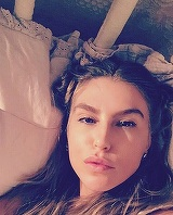 Corina Bud, selfie provocator din cada! Artista n-a tinut cont de gura lumii si si-a aratat sanii