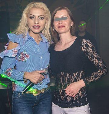 Nicoleta Guta a facut senzatie intr-un club din Spania! Manelista si-a scos la vedere toate bijuteriile de aur, primite la nunta