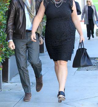 Dumnezeule, ce se întâmplă cu ea?! Se iubeşte cu un actor celebru, dar nu-i pasă de kilogramele în plus pe care le are! Uite cum a fost surprinsă pe stradă
