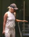 Ce se întâmplă cu ea?! O super cântăreaţă, surprinsă într-o ţinută mult prea transparentă pe stradă! I se vede tot!