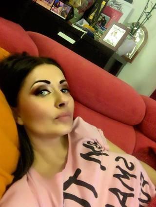 Gabriela Cristea si-a facut un selfie si le-a urat fanilor noapte buna! Ce s-a observat in spatele ei?