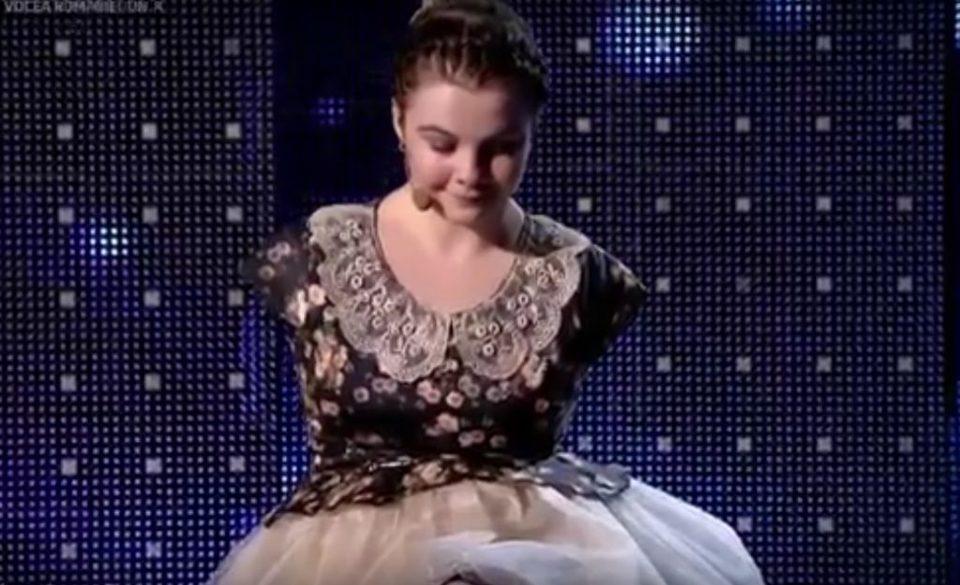 LEGATURA INCREDIBILA dintre fata care canta la pian fara maini si Gigi Becali!