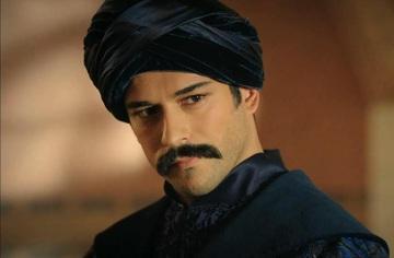"""Motivul pentru care Burak Özçivit poarta mustata! Actorul care a jucat in """"Suleyman Magnificul"""" are rolul principal in """"Dragoste infinita"""", noul serial turcesc la Kanal D, difuzat de luni, 20 martie"""