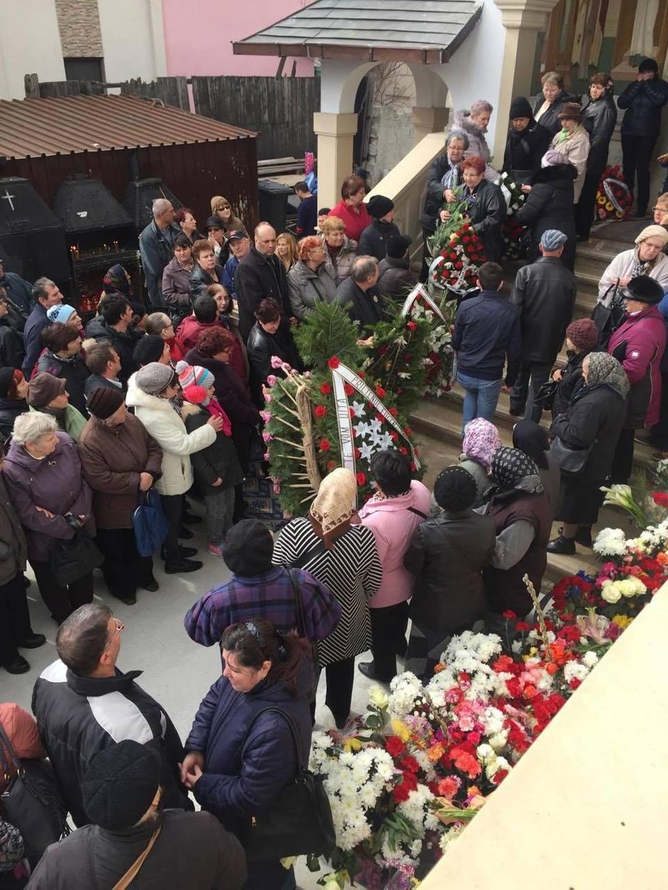 Unde au disparut sutele de mii de flori aduse pentru Ileana Ciuculete? Floraresele estimasera valoarea lor: cam 10.000 de euro! Doua dube si sute de oameni le-au carat, la cimitir au ajuns doar cateva – Foto!