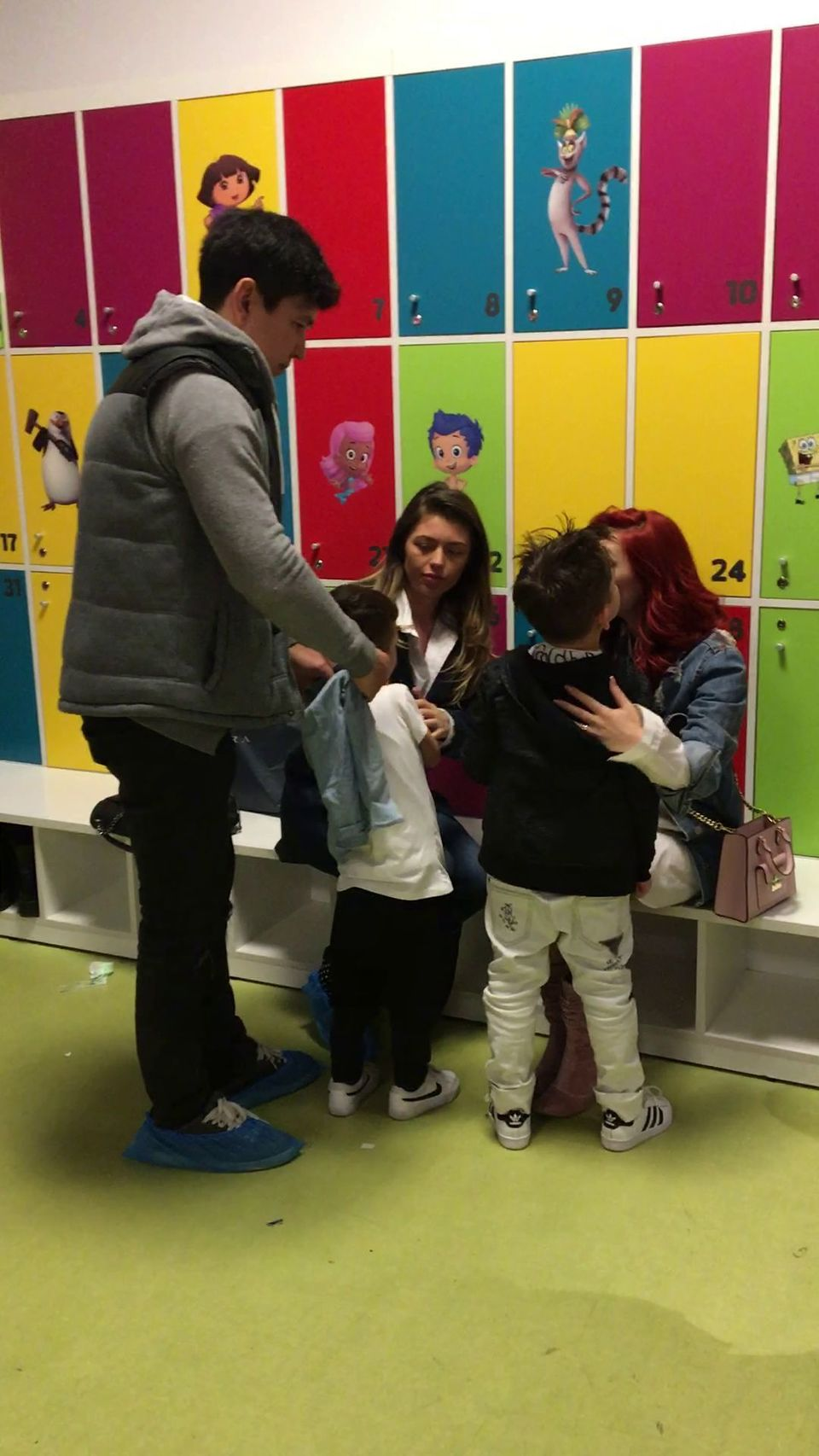 Elena Gheorghe si-a dus fiul si nepotelul la un loc de joaca! L-a pupat cu foc pe Nicholas pentru ca a fost cuminte! VIDEO EXCLUSIV