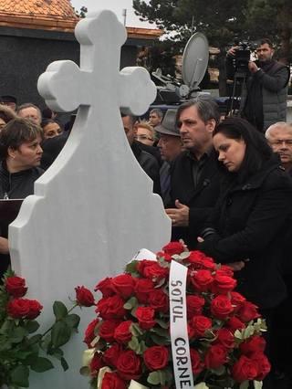 Ce a facut la cimitir Cornel Gales in zilele de dupa inmormantarea Ilenei Ciuculete! Florile de pe mormant erau cam vestejite, doar trandafirii de la el, nu! VIDEO EXCLUSIV