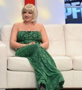 Anca de la Strehaia, în rochie elegantă, cu părul blond! Apariţia i-a dat gata pe fani