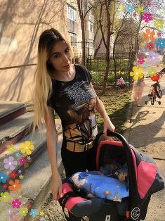N-ai fi crezut asta! Sexy Brăileanca şi-a scos copilul la plimbare! Uite ce mămică responsabilă e!