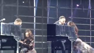 Moment jenant pentru o artistă celebră! S-a împiedicat şi a căzut pe scenă, în faţa a sute de oameni! Totul a fost filmat