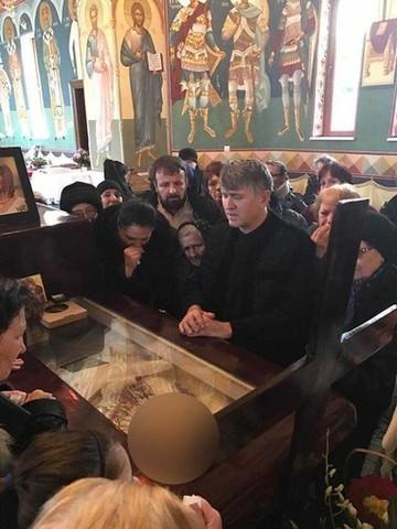 Cu altarul pe scena! Parintele Pomohaci, care a postat imagini cu Ileana Ciuculete moarta, a cantat pentru constructia unei noi biserici