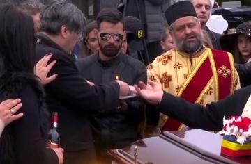 Surpriza uriasa! Cine a venit sa tina o slujba pentru Ileana Ciuculete! Un preot de la Muntele Athos a fost la cimitirul in care este inmormantata artista si a spus o rugaciune pentru ea