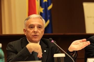 Ce cadou a primit Mugur Isarescu, pe care a trebuit sa il raporteze la BNR! Dupa ce a aflat ca nu valoreaza mare lucru, guvernatorul l-a cedat institutiei!