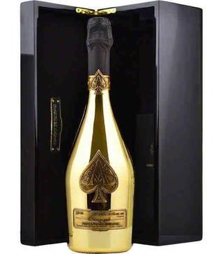 Distracţie pe cinste la Loft! Afaceriştii aruncă fără milă cu banii! Două VIP-uri şi-au cumpărat şampanii de 15.000 de euro fiecare! Vezi momentul fabulos!
