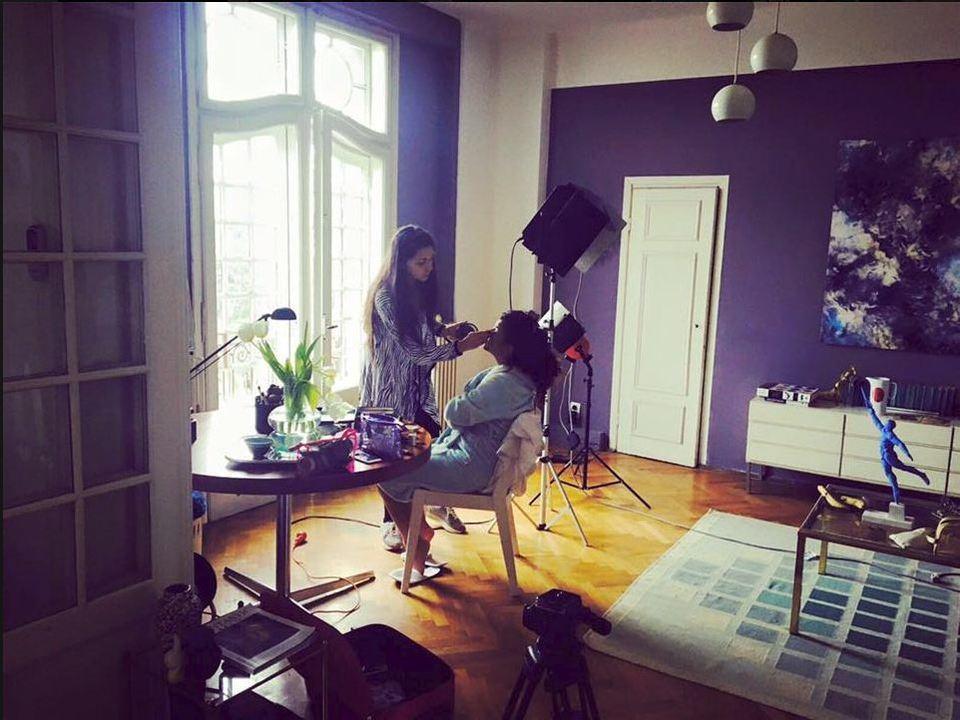 Bine ati venit in casa de la Vaslui a Laurei Vass! Camera ei preferata este bucataria, artista fiind pasionata de gatit! Face o tochitura moldoveneasca fara pereche! FOTO!