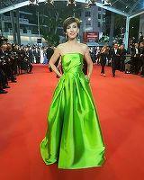 Laura Cosoi, Andreea Raicu si Dana Rogoz au defilat pe covorul rosu de la Cannes. Romancele au stralucit in rochiile spectaculoase create de designeri romani!