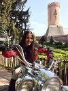 Ce sexy este fosta nevasta a lui Daniel Iordachioaie! Nouria s-a pozat calare pe motor langa Turnul Chindiei FOTO
