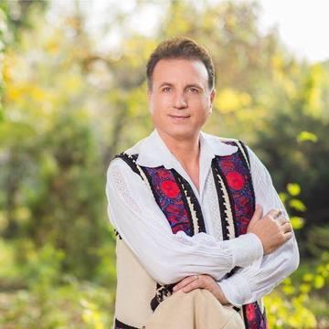 """Monica Tatoiu s-a infuriat pe un celebru cantaret de muzica populara, care si-a parcat Mercedesul pe trotuar si i-a blocat strada! """"Cuvantul """"NU"""" pentru vedete in Romania e facultativ!"""" Vezi cum se apara Constantin Enceanu, care a fost fotografiat de Tato"""