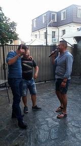 FOTO Cristi Sfetcu nu rezista fara microfon nici in fata amicilor! Uite-l pe baiatul Ilenei Ciuculete cum intretine atmosfera la un gratar