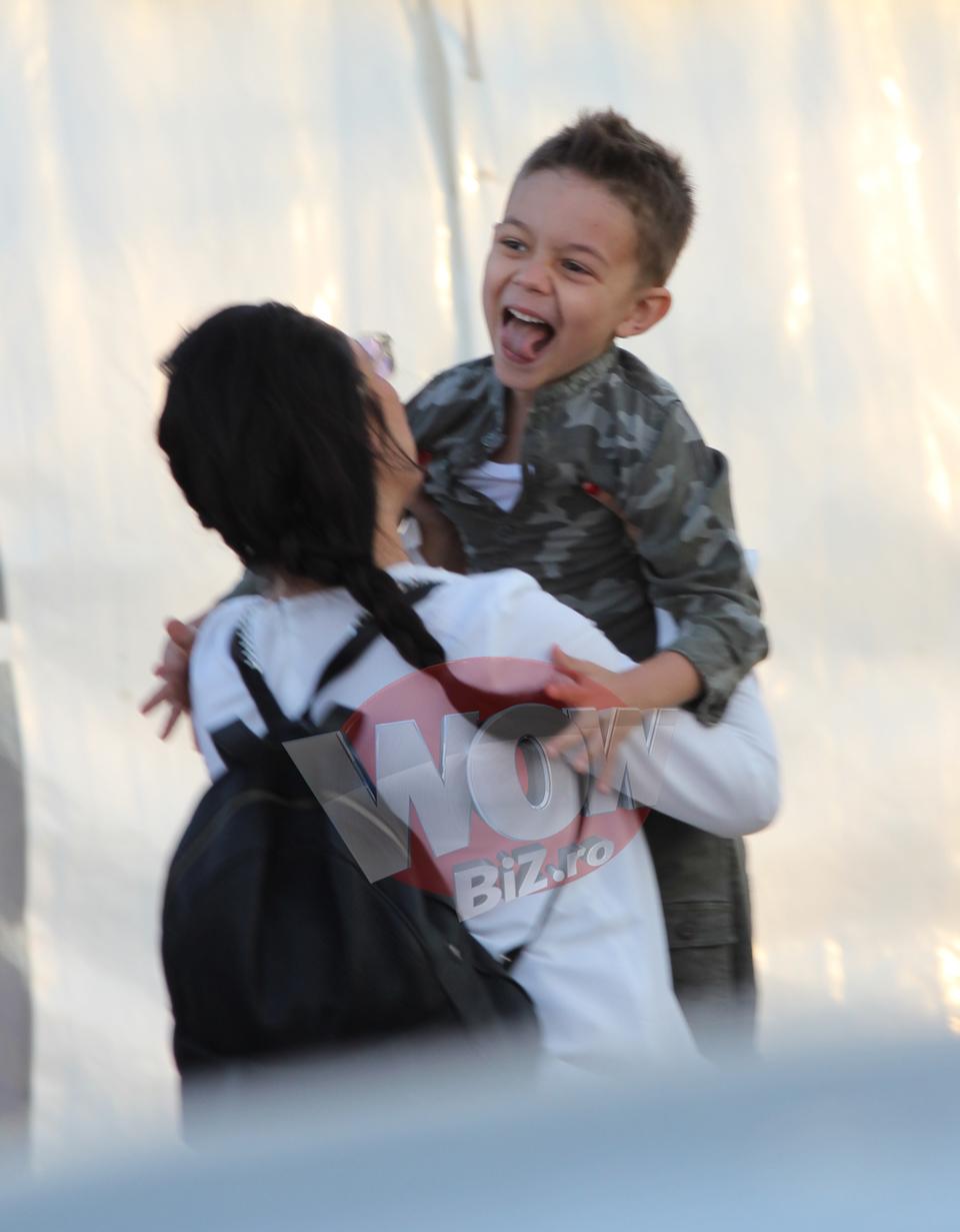 Imagini de colectie cu Andra si fiul ei! Cei doi s-au alergat si s-au jucat incontinuu in spatele scenei! Sotia lui Maruta s-a simtit din nou copil si pare sa ii placa la nebunie sa faca asta de dragul baietelului ei! VIDEO EXCLUSIV!