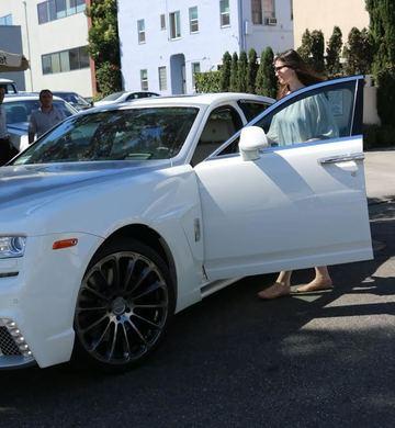 Ce bolid de lux conduce Monica Gabor! Fosta soţie a lui Irinel Columbeanu a întors privirile pe străzile din Beverly Hills