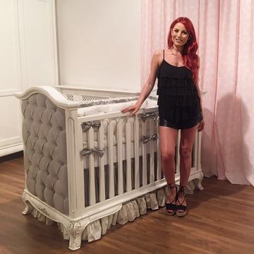 Poza de colectie cu Elena Gheorghe! Uite-o in patut, la Clinceni, cand avea doar cateva luni! Vedeta ne-a aratat si ce pat spectaculos vrea sa-i cumpere fiicei ei. EXCLUSIV!