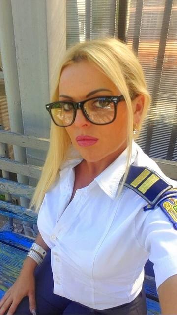 FOTO Florenta Toc, cea mai sexy politista de frontiera, a facut spectacol la piscina!
