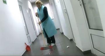Nicoleta Guta, pe post de femeie de serviciu! Uite-o pe manelista cum da cu matura pe hol si cum curata mocheta cu aspiratorul!