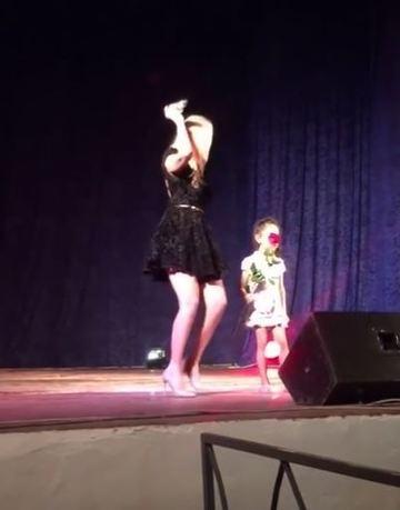 Cele mai emotionante imagini cu Denisa Raducu! Si-a chemat nepotica pe scena si i-a dat un trandafir! | DEZVALUIRI