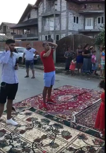 N-ai vazut in viata ta asa ceva! De dragul lui Babi Minune, nuntasii au scos covoarele pe strada pentru ca manelistul sa se simta sultan! FOTO
