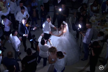 Distracţie pe cinste la o nuntă aranjată! Cum a arătat mireasa minoră şi ce ţinută extravagantă a purtat!