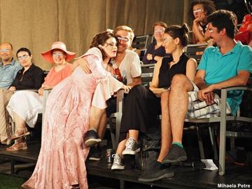 Imagini halucinante din sala de teatru! Actrita Corina Danila s-a suit pe un spectator! Vezi cum a reactionat barbatul!