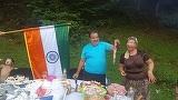 """Pentru Dorin Cioaba, nu Romania este tara de suflet! De ziua Indiei, regele rromilor a fluturat steagul tarii stramosilor sai langa un gratar: """"Cu gandul la tara mea si neamul meu indienesc!"""""""