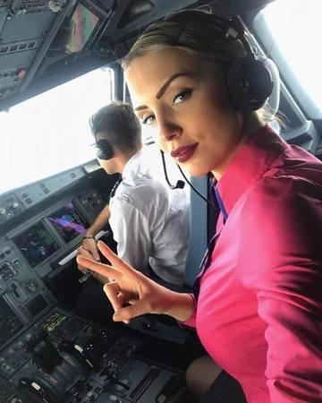 Imagini incendiare cu cea mai sexy stewardesa din Romania! Iulia arata demential in costum de baie si a fost angajata dupa ce a castigat titlul de Miss Transilvania!