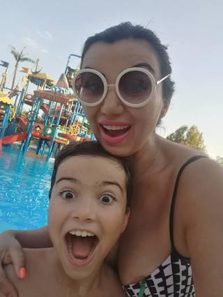 Adriana Bahmuţeanu, nemulţumită de trupul ei?! La ce truc a apelat pentru a-şi ascunde abdomenul la plajă