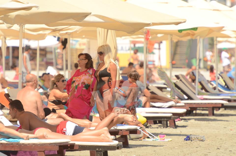 Elena Udrea, aparitie naucitoare la plaja, in cel mai sexy costum de baie cu putinta! Blonda e ca vinul... an de an tot mai buna! | VIDEO EXCLUSIV