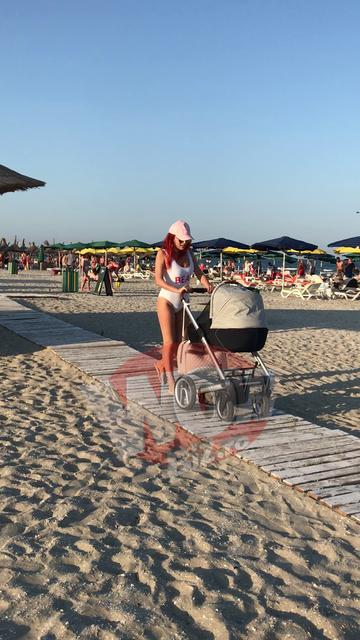 Elena Gheorghe, surprinsa cu fetita ei nou-nascuta la plaja! Primele poze cu vedeta in costum de baie, la o luna dupa ce a nascut! Are abdomenul PERFECT plat! VIDEO SI FOTO EXCLUSIV