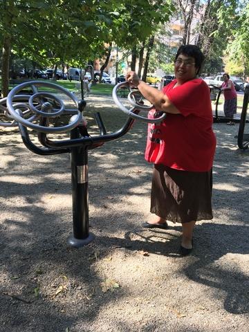 """Uite-o pe Ioana Tufaru cum face fitness in parc. Are 160 de kilograme si abia respira dupa ce face efort pe aparate. """"Nu am bani de abonament la sala"""" VIDEO EXCLUSIV!"""
