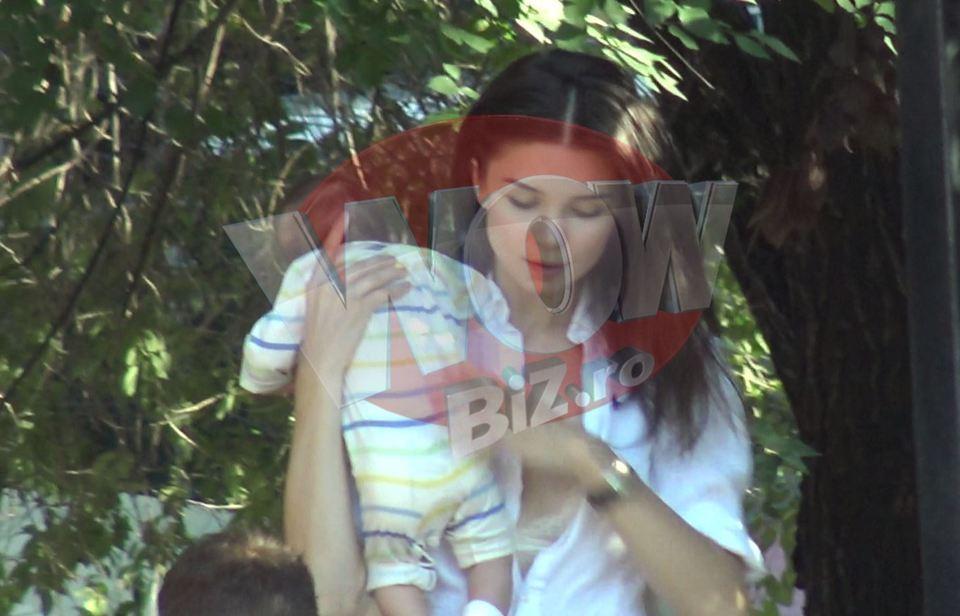 "Dupa ""modelul Cristina Siscanu"", iat-o pe iubita actorului Vladimir Draghia alaptand in public, la o terasa! S-a acoperit totusi cu o paturica? Intra sa vezi o FOTOGRAFIE-BOMBA cu sotia lui Madalin Ionescu alaptand pe o banca, in Grecia VIDEO EXCLUSIV"