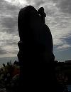 Cum arata monumentul de la mormantul Denisei Manelista! E in forma de inima, acoperita de o lacrima! La parastasul de sambata, familia si iubitul au dezvelit lucrarea funerara impresionanta, mare de 2 metri! Iata ce versuri au fost scrise pe piatra de gra