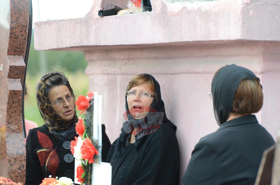 """Strania intamplare petrecuta la parastasul Denisei Raducu! Mama artistei a strigat: """"Uite-o, a venit! A venit sufletul ei!"""" Cand numele ei a fost pronuntat, poarta a fost deschisa de o rafala de vant iscata din senin. Mesenii s-au infiorat si femeile batrane au izbucnit in lacrimi! VIDEO EXCLUSIV"""