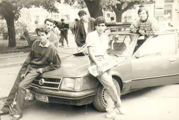 Cum aratau fratii Peste in 1991! Fotografie de colectie cu Florin si Nelut, solistii care au lansat-o in muzica pe Denisa Raducu