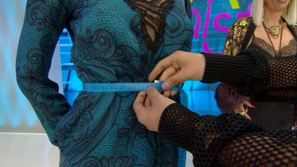 """Razboiul centimetrilor la """"Bravo, ai stil!"""" intre Iulia Albu si Raluca Badulescu!  Cine are, cine n-are corpul ca tras prin inel? Aflati in emisiunea de azi, de la 16.30, la Kanal D"""