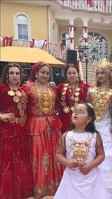 """Imagini incredibile cu femeile din neamul lui Puiu Englezu! Nevasta si fetele celui mai bogat rrom din Hunedoara poarta pe ele kilograme de aur, iar pe haine au imprimeuri cu """"Apple"""" si """"iPhone"""" FOTO"""
