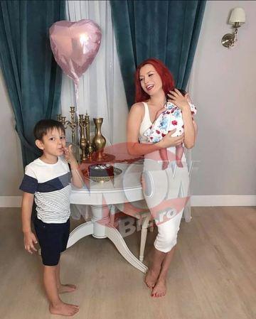 Ce aranjamente a ales Elena Gheorghe pentru botezul fetitei sale! Sunt niste pomisori cu flori de cires! EXCLUSIV
