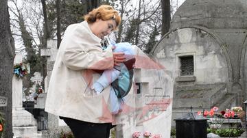 """Ioana Tufaru, sfasiata de durere la mormantul mamei ei. A fost la locul de veci chiar de ziua regretatei artiste. """"Am plans, am plans in hohote!"""" FOTO!"""