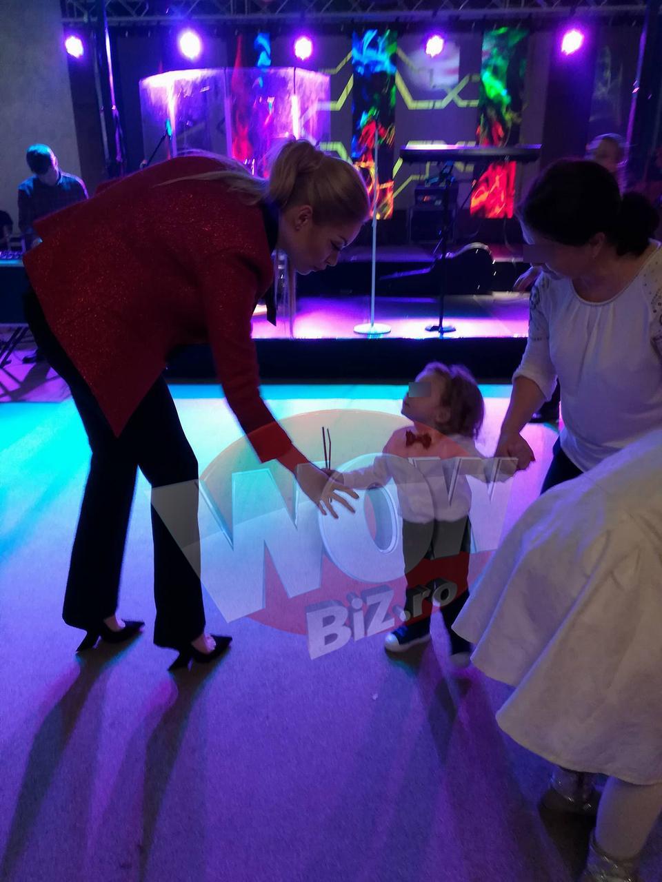 Valentina Pelinel a venit cu bona la petrecerea de botez a fetitei lui Madalin Ionescu. Femeia care are grija de micutul Milan locuieste in vila din Pipera si a plecat intr-o super vacanta de 5 stele, in Turcia VIDEO EXCLUSIV