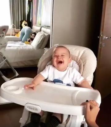 Adorabil! Fiul cel mic al lui Adrian Mutu rade in hohote de mamica lui!