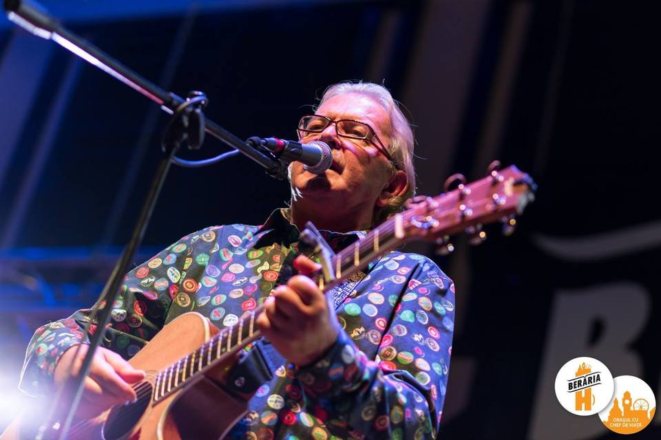 Ducu Bertzi e in pas cu moda, la 62 de ani! Artistul a facut furori la un concert! A purtat o camasa colorata  FOTO